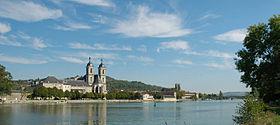 L'abbaye vue depuis l'autre rive de la Moselle.
