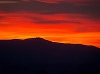 Morgenrot - roter Himmel über der Sierra Hacho - Provinz Málaga -  Andalusien - Spanien