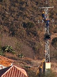 Arbeiter der Elektrizitätswerke bei der Reparatur am Strommast - Provinz Málaga - Andalusien - Spanien