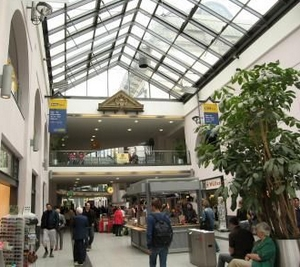James Bond im Nürnberger Hauptbahnhof in Bayern - Deutschland