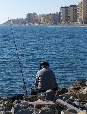 Angler im Hafen von Fuengirola an der Costa del Sol in der Provinz Málaga Andalusien Spanien