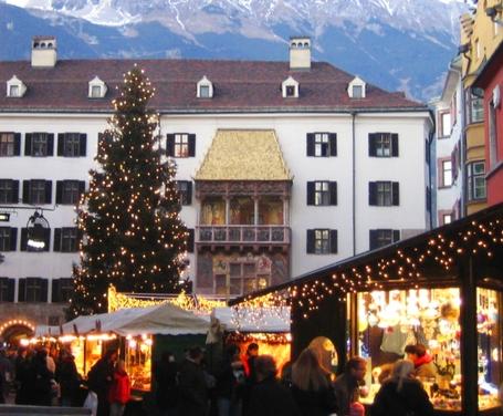 James Bond und das Goldenes Dachl in der Altstadt von Innsbruck in Tirol/Österreich