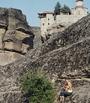 James Bond und Ulli vor einem Meteora-Kloster in Griechenland