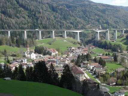 James Bond in und seine regelmäßigen Fahrten über die Europabrücke zum Brennerpass in Italien - Hundefuttereinkauf