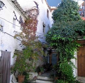 James Bond und das Barrio Albaicin in Granada im Hintergrund die Sierra Nevada, Andalusien, Spanien