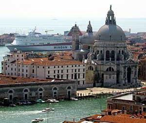 James Bond auf der Ikarus Palace der Minoan Lines im Hafen von Venedig in Italien