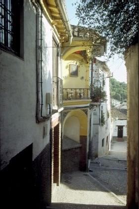 Gasse in dem Stadtviertel Albaicin in Granada, Andalusien, Spanien