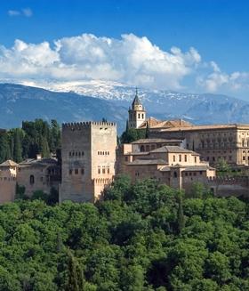 Alhambra in Granada, Andalusien, Spanien im Hintergrund die Sierra Nevada