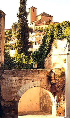 Gasse in dem Stadtviertel El Albaicin in Granada, Andalusien, Spanien