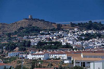 Ansicht von Jimena de la Frontera mit der verfallenen Burg - Provinz Cadiz - Andalusien - Spanien