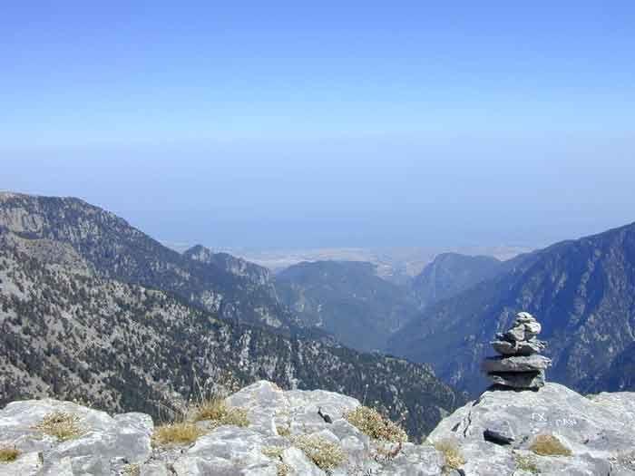 James Bond und das Bergpanorama am Gebirge Olymp in Griechenland