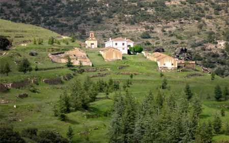 kleine Ansiedlung mit Kirche in der Sierra de Baza in Andalusien - Spanien