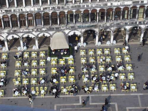 Café auf dem Markus-Platz in Venedig in Italien - James Bond 007 mit Hund auf Reisen in Griechenland Italien Österreich Spanien