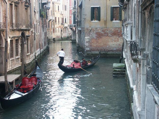 Gondelfahrt in Venedig in Italien - James Bond 007 mit Hund auf Reisen in Griechenland Italien Österreich Spanien