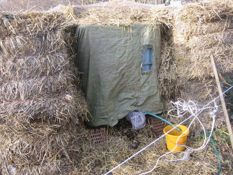 in Stroh eingepackter Wassertank