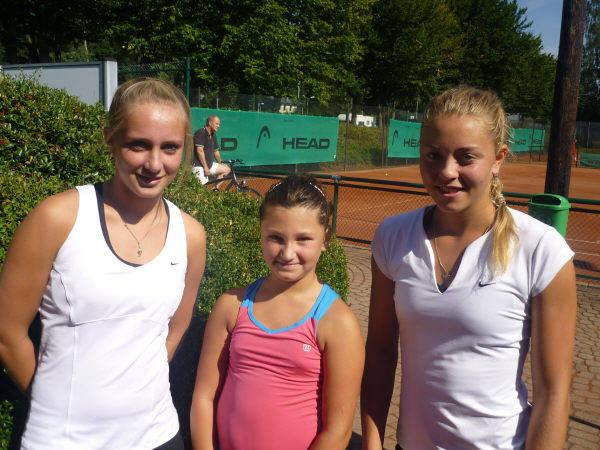 Katerina (m) mit Jennifer (l.) und Carina Witthöft (r.)