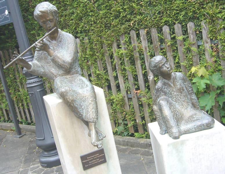 Ausgerechnet vor der reformierten Kapelle sitzt dieser Querflötenspieler mit Zuhörer...