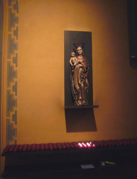 Kerzen brennen, ein Zeichen von lebendigem Glauben auch hier, an diesem mondänen Ort
