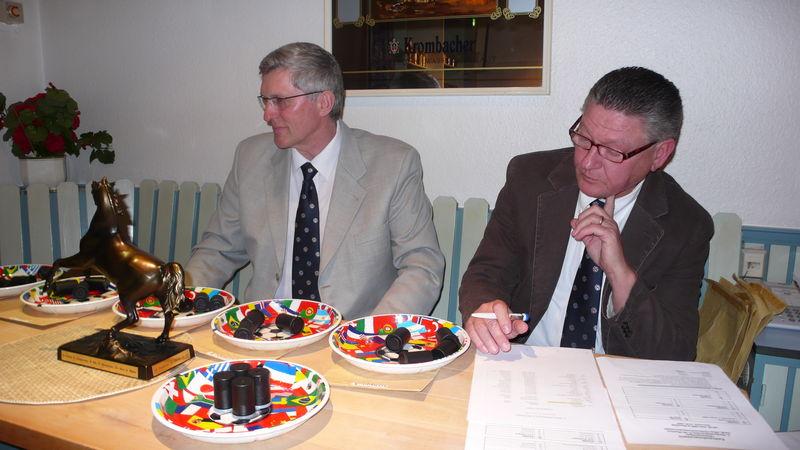 Friedl Gehrke und Helmut Königstein bei der Ziehung