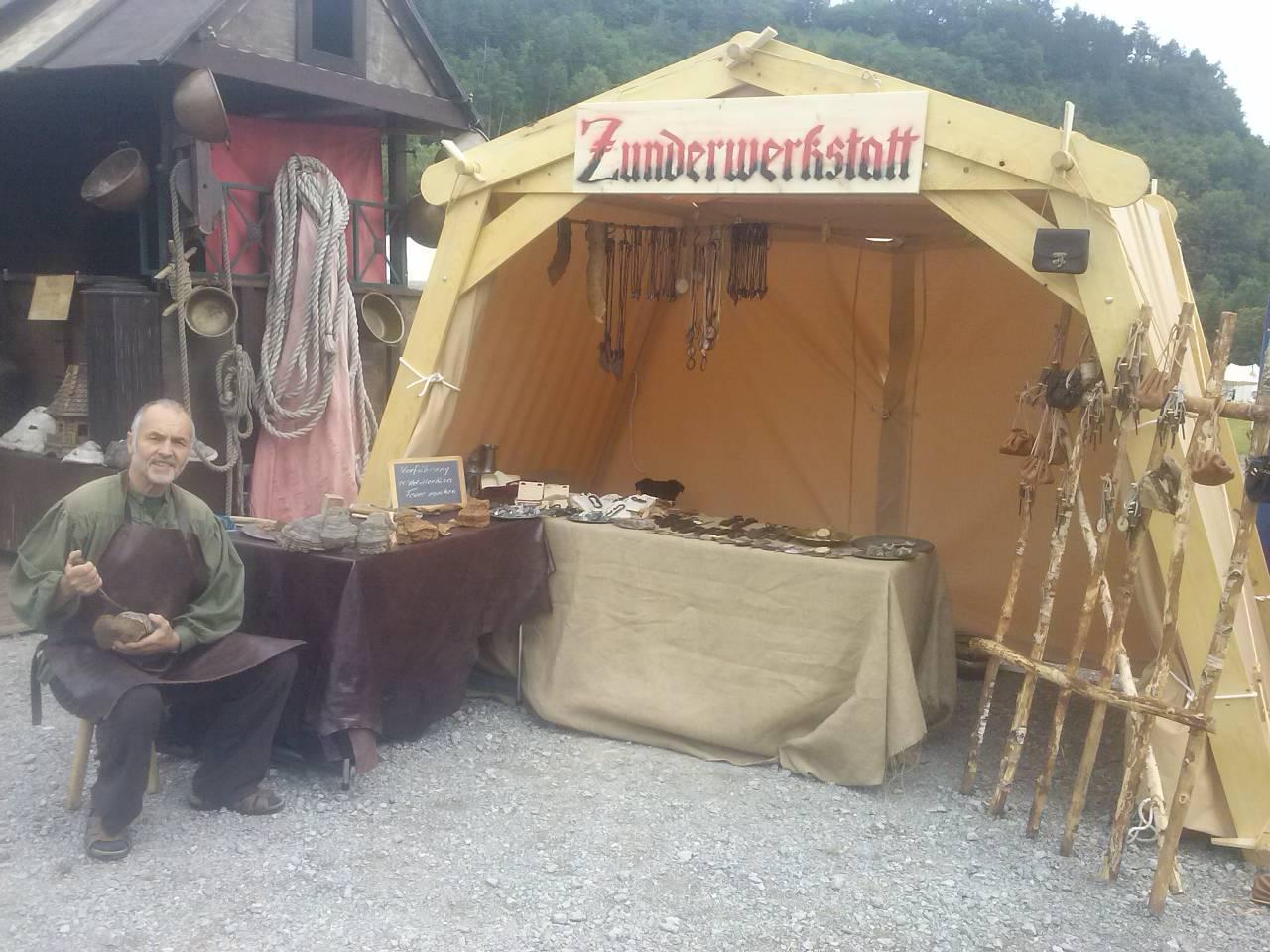 Vorführung mittelalterliches Feuer machen. Darstellung auf Mittelaltermarkt.  Handwerker Zundermacher, Handwerker, mittelalter spectaculum