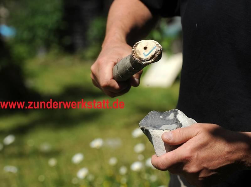 Feuersteinbearbeitung auf steinzeitliche Weise mit Geweihschlegel