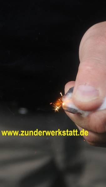 Funkenflug beim Feuerschlagen mit Feuerstein und Zunder