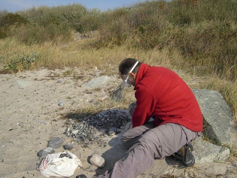 Feuersteinbearbeitung für Speerspitzen, Pfeilspitzen zur steinzeitlichen Jagd. Feuersteinabschläge zum Feuermachen-