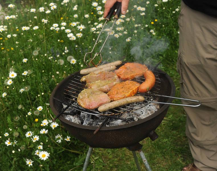 Grillen mit Feuer ohne Streichhölzer und Feuerzeug