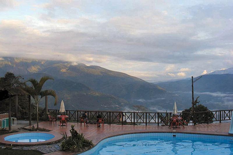 Morgendlicher Blick auf die dunstigen Berge in der Nähe von Coroico