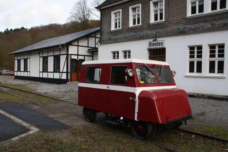 """bahnhof und """"Binoler Schienenfloh"""" 2012, die Güterhalle gerade fertiggestellt"""