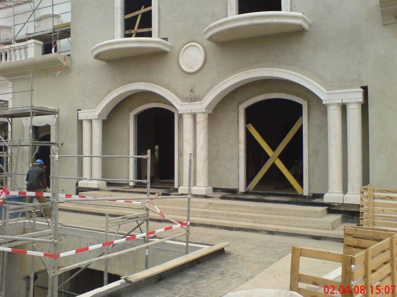 Eingangsportal aus Marmor