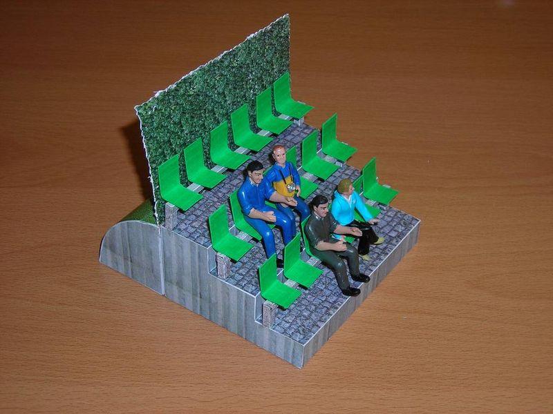 Kleine Tribüne - mit Sichtschutz und Graswall