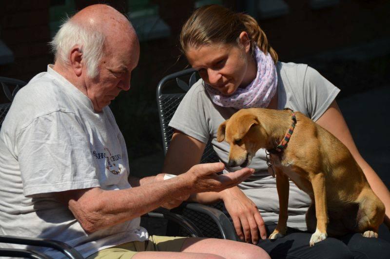 """Bild: Asta im Einsatz """"tiergestützte Therapie mit Demenzkranken"""""""