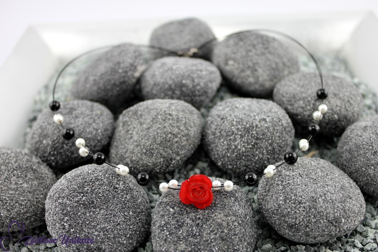 Brautkette mit einer roten Rose, schwarz & weiß