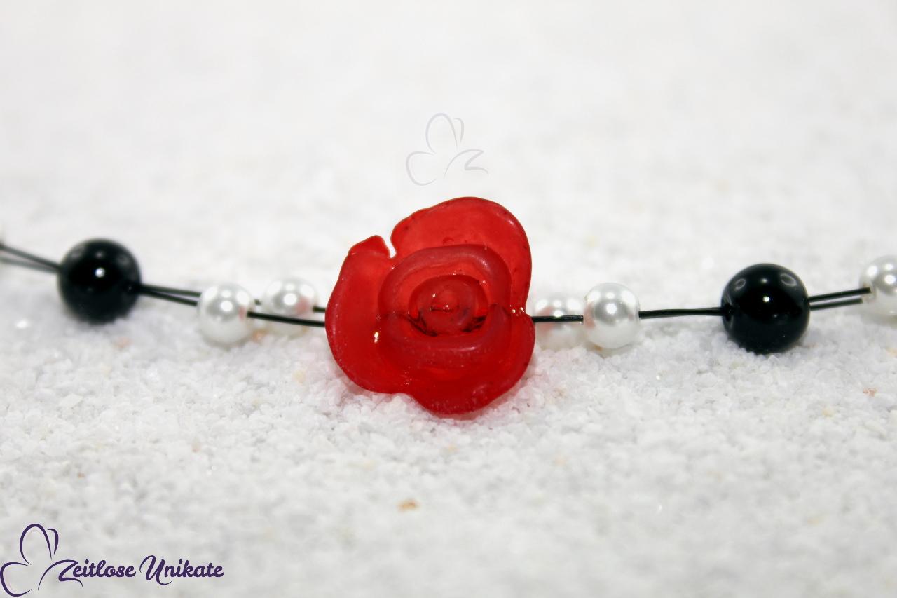 Neckholderbrautkette mit einer roten Rose