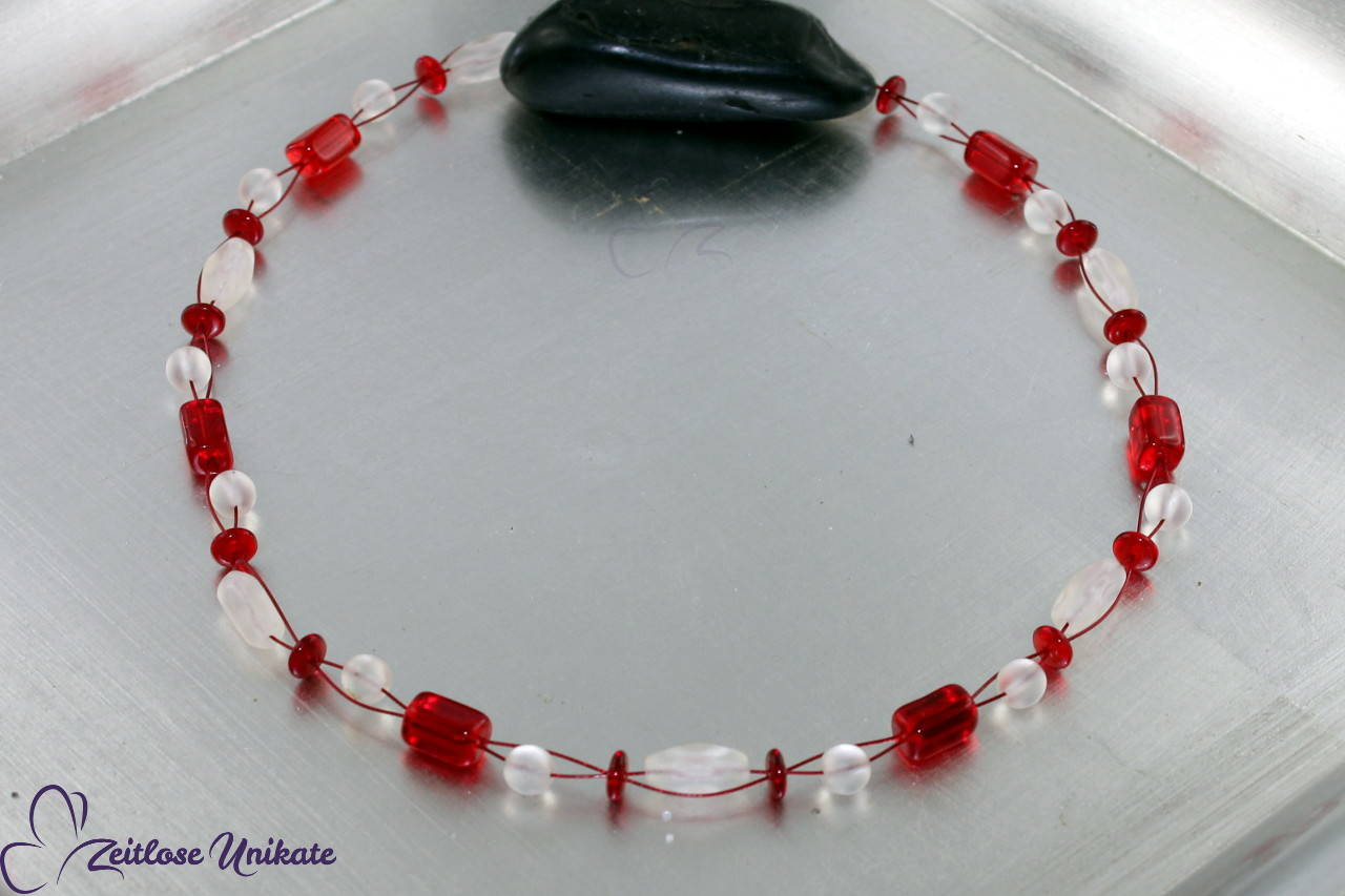 Halskette in rot wie die Liebe und milchig weiß