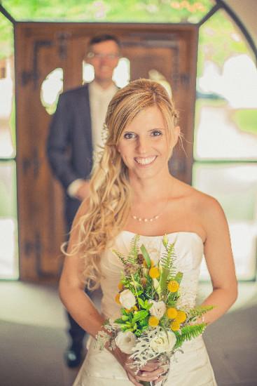 Braut mit schlichter Perlenbrautkette