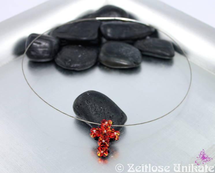 Halsreif mit funkelndem Kreuz aus Kristallperlen