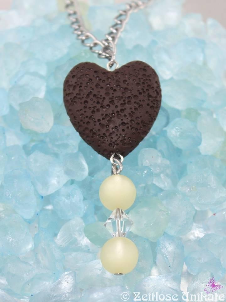 braunes Lava Herz mit beigen Perlenarragement
