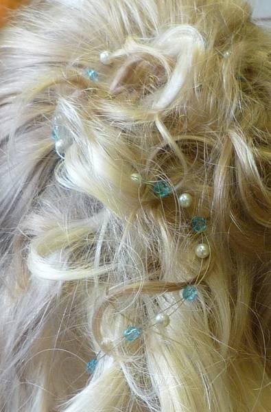 Brautfrisur mit handgefertigtem Perlenhaarband mit blau