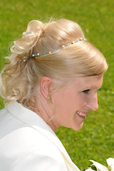Brautfrisur mit Haarband passend zum schmuck, ebenfalls mit blau