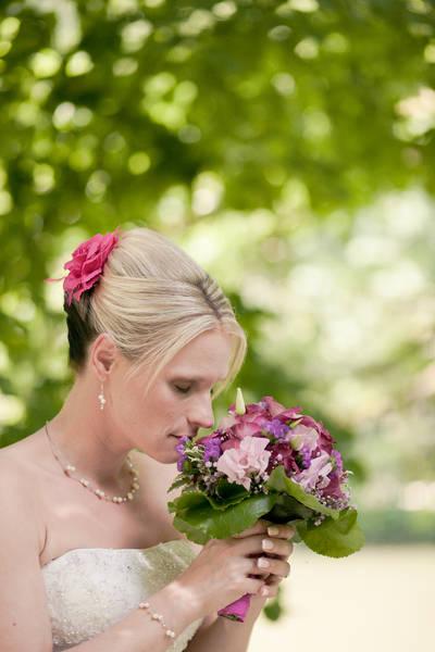 Braut mit Neckholderkleid und dezentem Brautschmuck