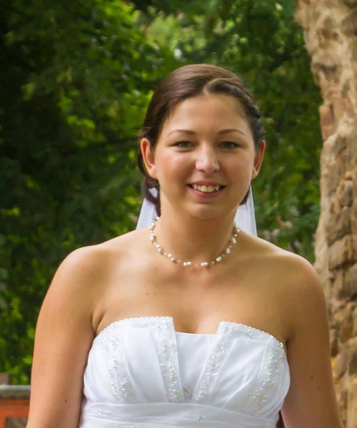 natürliche Braut und passender Schmuck