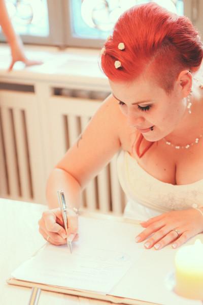 Braut Ramona mit Brautschmuck Luftig filigran