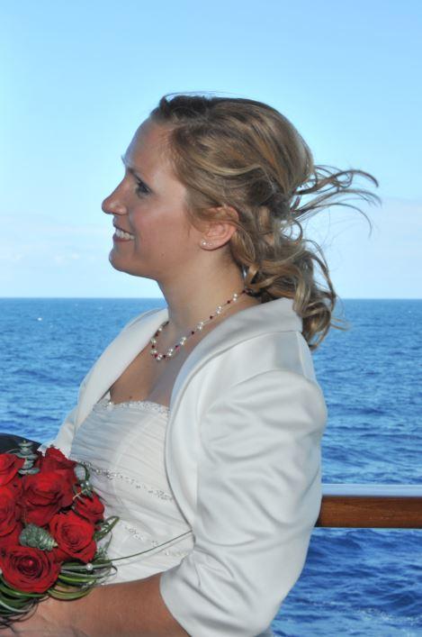 Hochzeit auf hoher blauer See mit Brautschmuck in rot