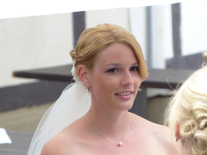 Braut mit minimalistischer Brautkette und dezenten Ohrringen