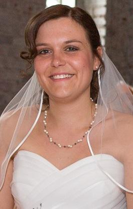 Braut mit farbigen akzenten im Brautkleid