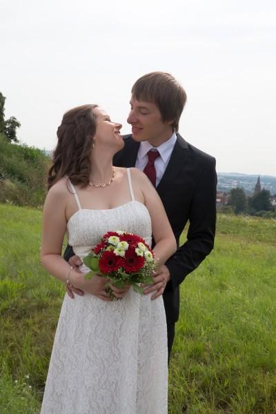 Braut mit Brautschmuck mit dunkelroten Kristallperlen