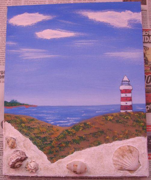 Strand mit Leuchtturm und Muscheln