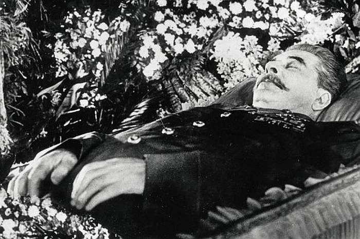 Sztálin a ravatalon.